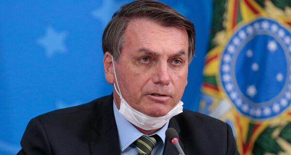 Com febre, Bolsonaro faz novo teste de coronavírus