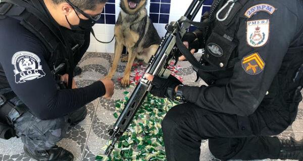 Cão farejador da Guarda Municipal encontra tonel enterrado com mais de 400 pinos de cocaína