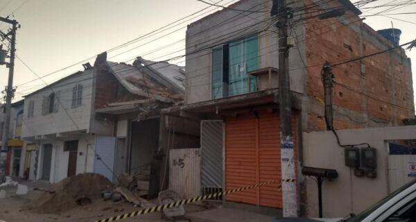 Laje de obra desaba e Defesa Civil interdita quatro imóveis no Jardim Esperança