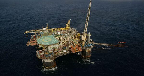 Pandemia derruba produção de petróleo em maio