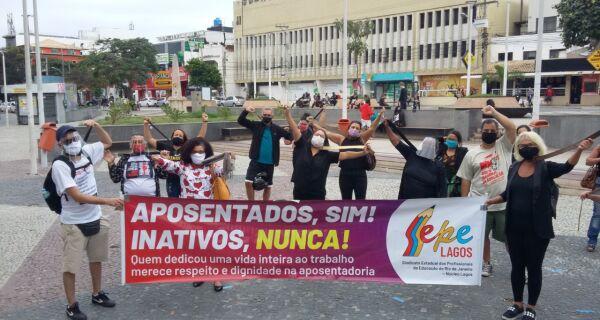 Educadores de Cabo Frio fazem novo protesto na Praça Porto Rocha