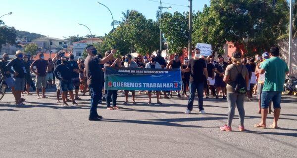 Profissionais do turismo de Arraial do Cabo fazem manifestação em frente à Prefeitura pela reabertura das atividades