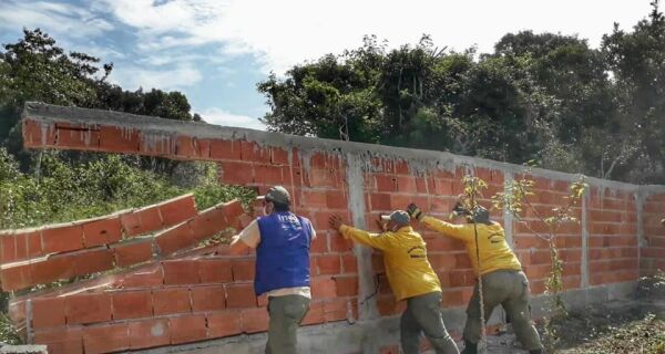 Inea derruba 19 construções irregulares em Arraial do Cabo