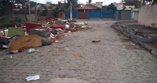 Lixo e entulho tiram a paciência de moradores em Cabo Frio