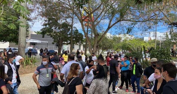 Associações relacionadas ao turismo de Cabo Frio fazem manifestação em frente à Prefeitura