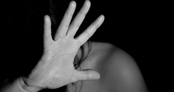 Região dos Lagos teve quatro mulheres agredidas fisicamente por dia no ano passado, aponta relatório