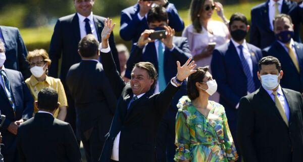Presidente Jair Bolsonaro cumprimenta populares em solenidade de 7 de Setembro