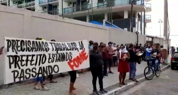 Ambulantes de Cabo Frio fazem panelaço em frente a casa do prefeito Adriano Moreno