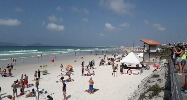 Praia do Forte fica movimentada no sábado de feriadão em meio à pandemia