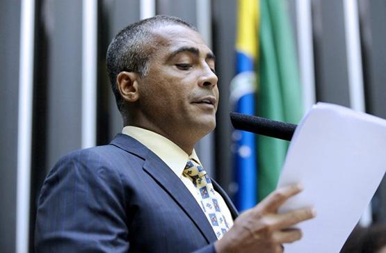 A política tem me feito muito bem, afirma Romário em entrevista exclusiva