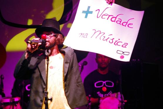 Músico cabofriense Azul Casu se apresenta no Largo de São Benedito