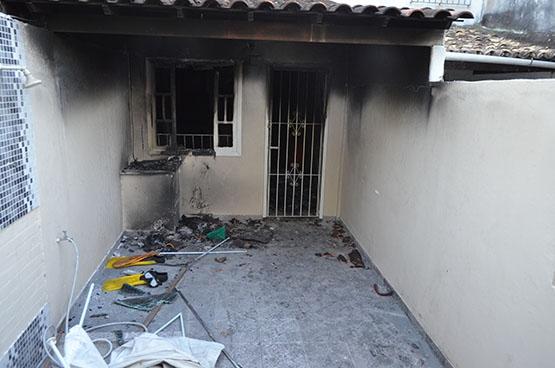 Mulher que queimou a casa e matou o marido em Cabo Frio é transferida para o Rio