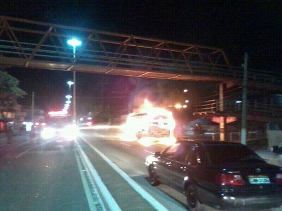 Ônibus é incendiado na Praia do Siqueira, em Cabo Frio