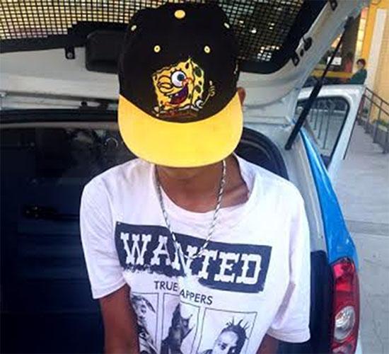 Menor é flagrado com 180 cápsulas de cocaína, 129 trouxinhas de maconha e revólver em Cabo Frio