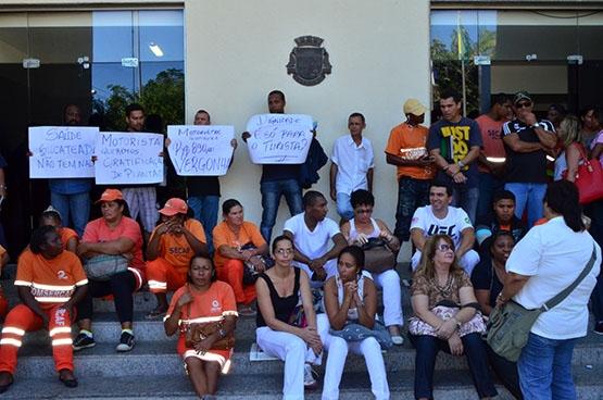 Servidores municipais cruzam braços em frente à Prefeitura de Cabo Frio