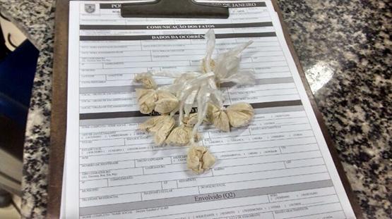 Polícia encontra 12 sacolés de cocaína dentro de pacote de biscoitos em Aquárius