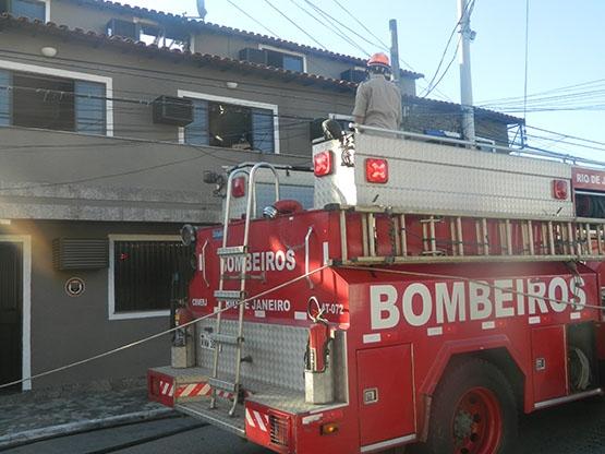 Bombeiros combatem incêndio em residência no bairro Jardim Caiçara, em Cabo Frio