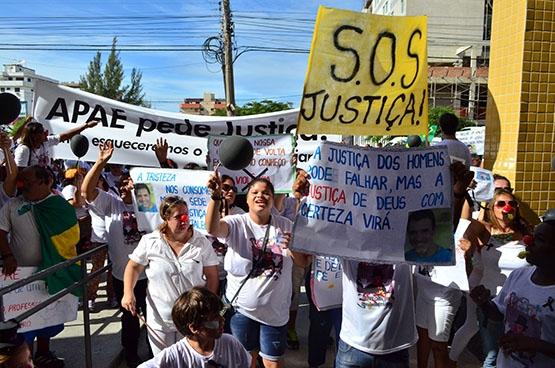 Cerca de 500 pessoas fazem 'apitaço' para protestar morte de Trajano