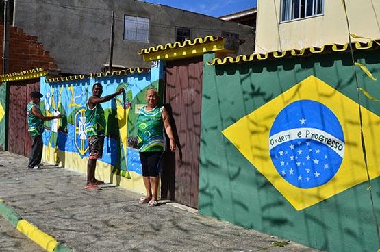 Moradores se animam  e pintam a criatividade para esperar o hexa