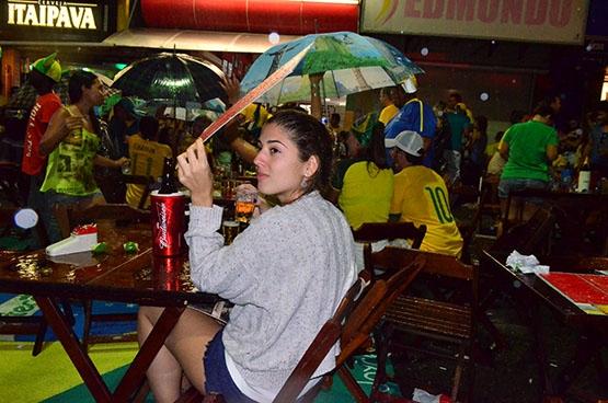 Chuva fina não espanta torcedores na Praia do Forte