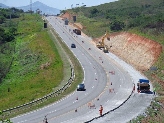 Vialagos instala divisória metálica entre as pistas na altura de Araruama, em direção a São Pedro