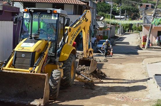 Prefeitura de São Pedro faz desassoreamento de manilha no bairro Colina