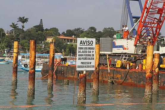 Prefeitura de Búzios e INEA retiram estacas irregulares da Praia da Armação
