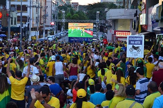 Torcida faz festa verde e amarela em Cabo Frio com vitória do Brasil sobre Colômbia