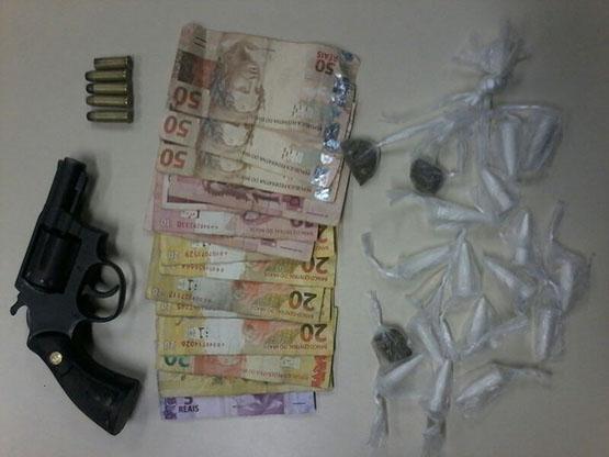 Menor é apreendido com arma carregada, cocaína e maconha