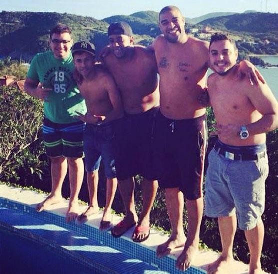 Sem contrato, Adriano curte férias em Búzios