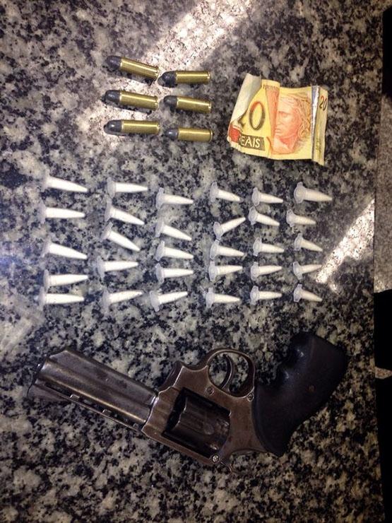 Menor é flagrado com arma municiada e 30 cápsulas de cocaína no Tangará