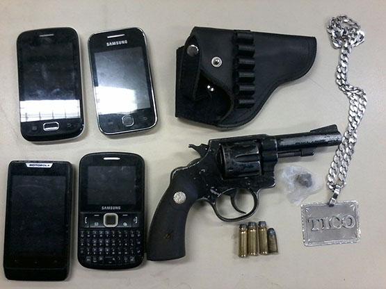 Um homem e dois menores são flagrados por PMs com arma e drogas