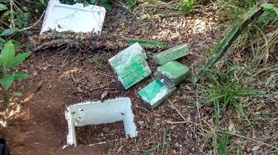 Policiais do GAT encontram cinco quilos de maconha prensada enterrada numa mata no bairro Jacaré, em Cabo Frio