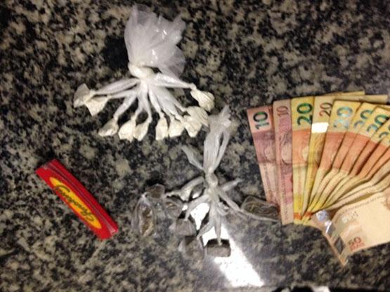 Quatro pessoas são presas e um menor é apreendido por tráfico de drogas em Cabo Frio