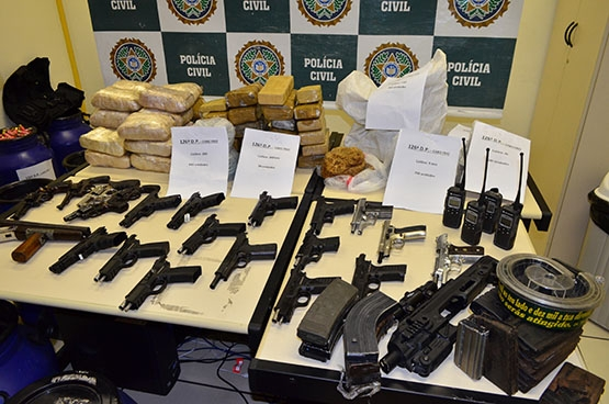 Polícia Civil desmonta arsenal do tráfico dentro de mata em Cabo Frio