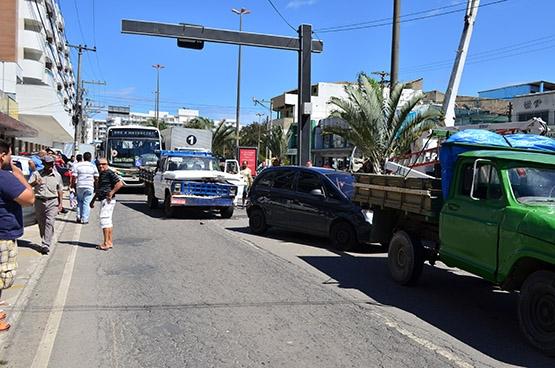 Acidente entre três carros deixa trânsito caótico na Júlia Kubitschek