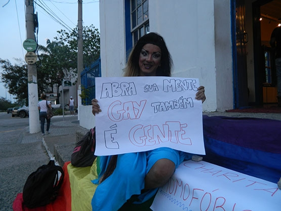 Diretora do Charitas confessa censura e grupo LGBT protesta