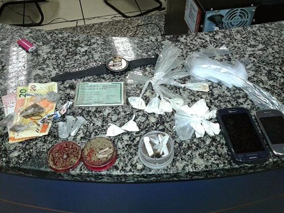 PM encontra drogas e farto material para embalagem de entorpecentes em Aquárius