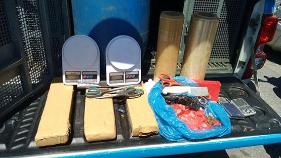 Policiais militares encontram quase seis quilos de maconha em tonel no alto do morro