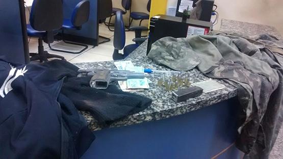 Policiais militares encontram pistola de nove milímetros com suspeito no Jacaré