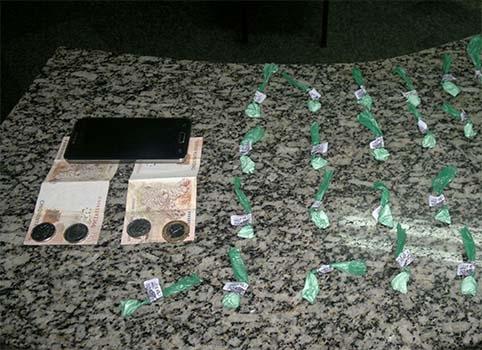 Policiais militares apreendem crack e cocaína em São Pedro