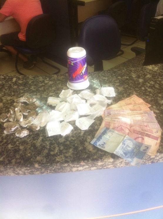 Jovem de 19 anos é flagrado com drogas e dinheiro do tráfico na Rainha da Sucata, em Cabo Frio
