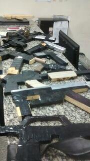 Policiais apreendem pistolas e fuzis de brinquedos com homens que intimidavam moradores