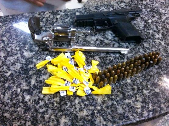Homicídio em Araruama e apreensão de drogas em Cabo Frio