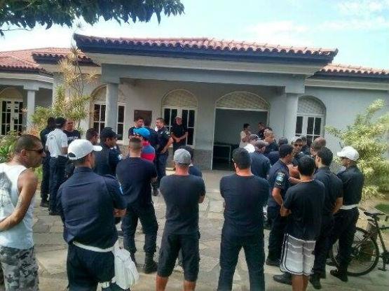 Guarda de Búzios faz ato em frente à Prefeitura