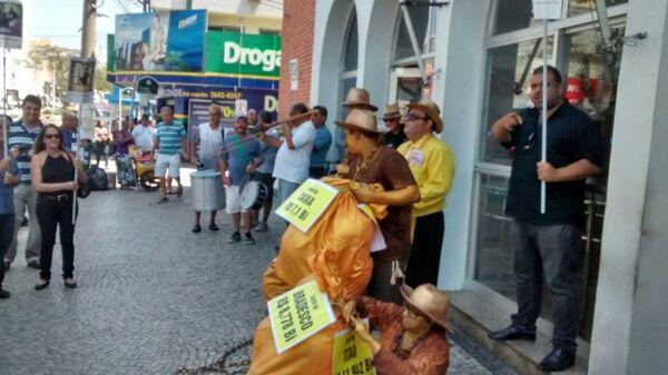 Na manhã desta quinta-feira (24), bancários promovem ato no centro de Cabo Frio