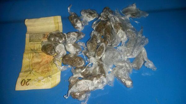 PM prende dois por tráfico de drogas e apreende uma 9mm em Cabo Frio