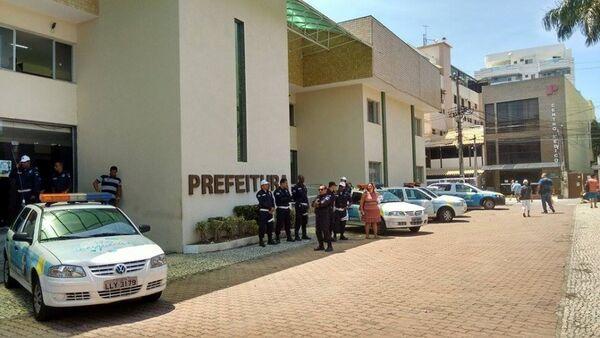 Depois da invasão, prédio da Prefeitura de Cabo Frio é protegido por Guardas