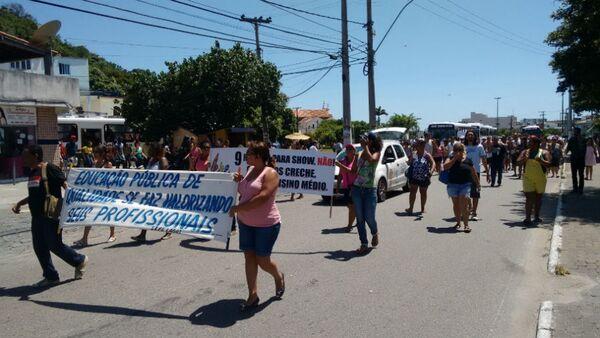Manifestantes da Educação vão para delegacia apoiar garis