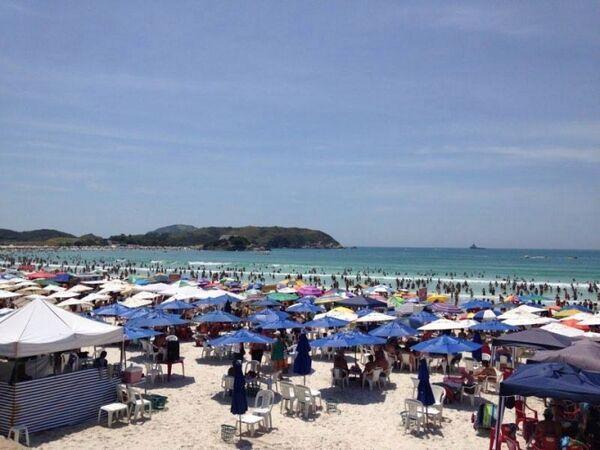 Praia do Forte lotada em sábado de sol
